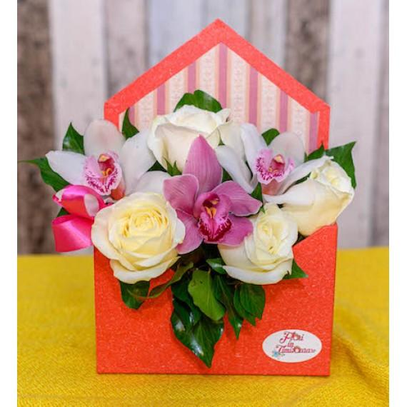 Plicul cu trandafiri albi si orhidee