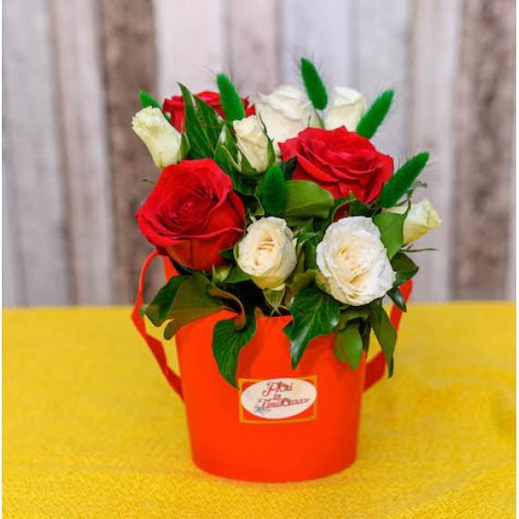 Cutie cu 9 Trandafiri Albi si Rosii