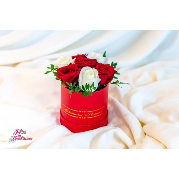 Cutie cu 7 Trandafiri Albi si Rosii